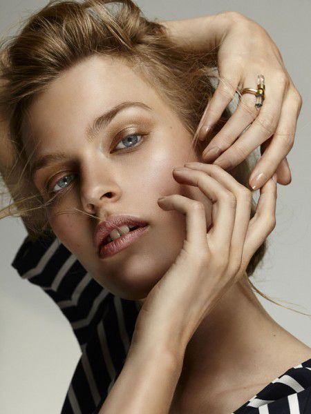 Direct model,striking Isabel Beretz